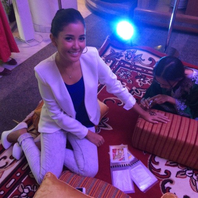 Titi Rajo Bintang memakai henna di acara Media & Travel Trade Gathering Dubai Tourism