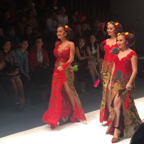 Julia Perez, Zaskia Gotik and Ayu Ting Ting still looking gorgeous with two buns (alias konde) because you wear Anne Avanti.