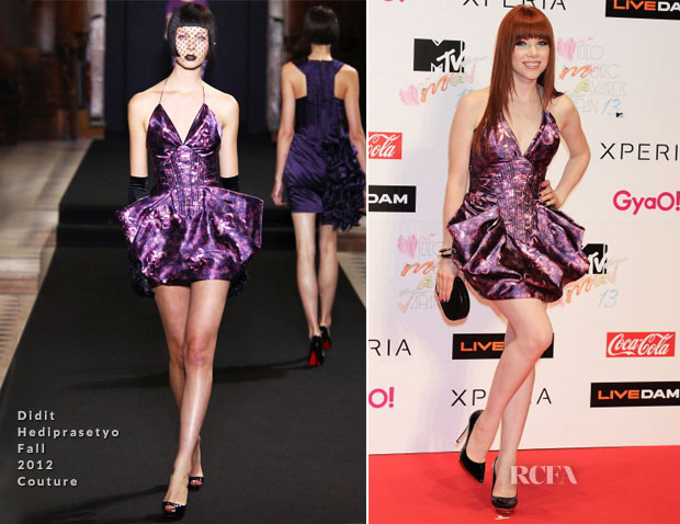 Carly memakai baju rancangan Didit di ajang MTV Video Music Awards Japan 2013