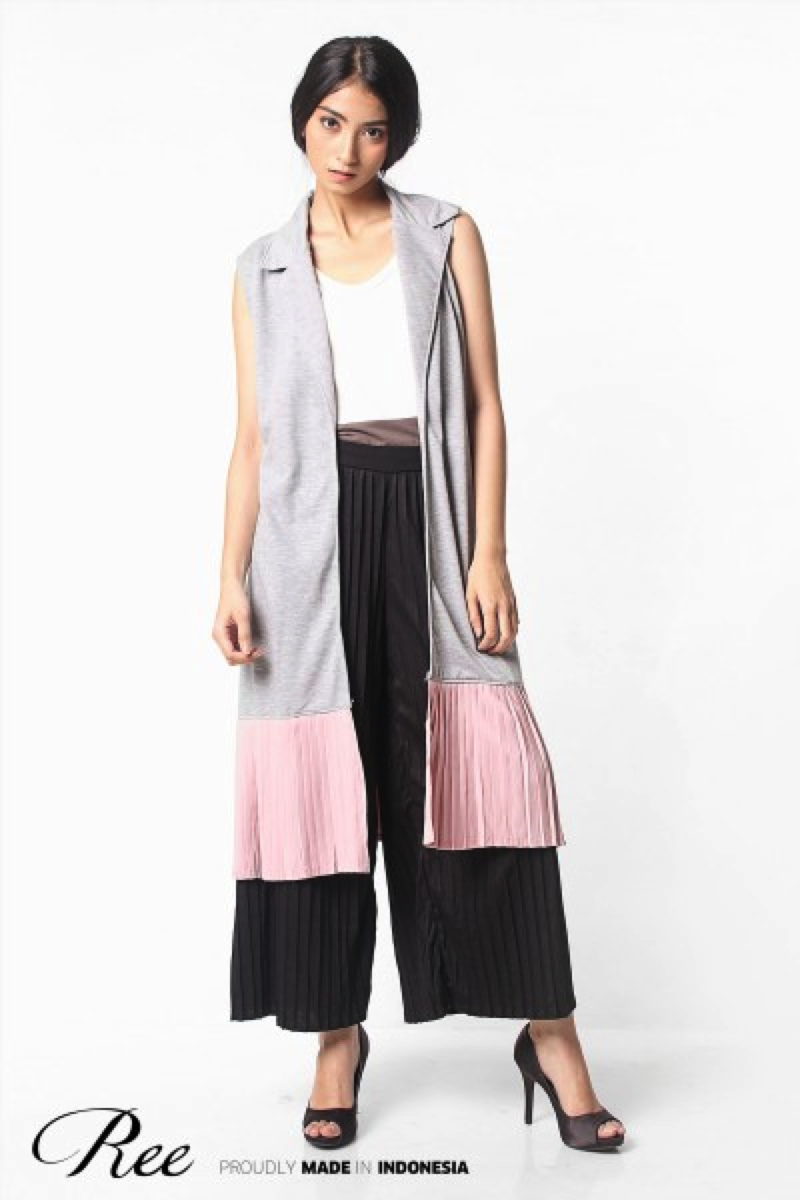 Outer with a pleated combination, matched with pleated pants. Perfect for a night out with girlfriends or your loved one.
