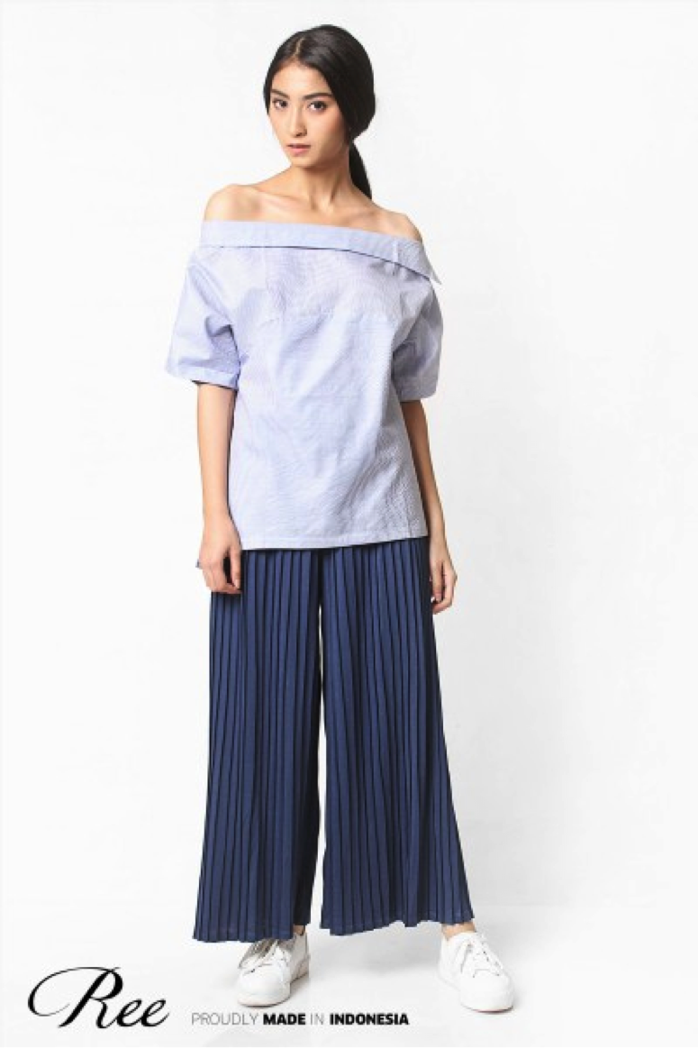 Yes, you can wear your comfy sneakers with pleated pants. Match it with Ree Sabrina Top to make it more casual.