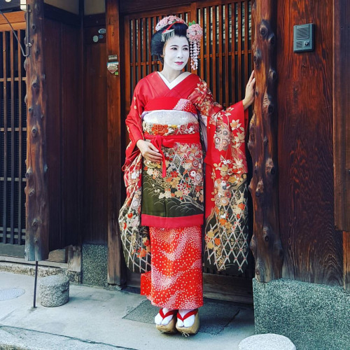 Geisha stories always fascinated me. Trying out this Maiko kimono was so fun. It has so many layers, not to mention the amazing makeup tradition!