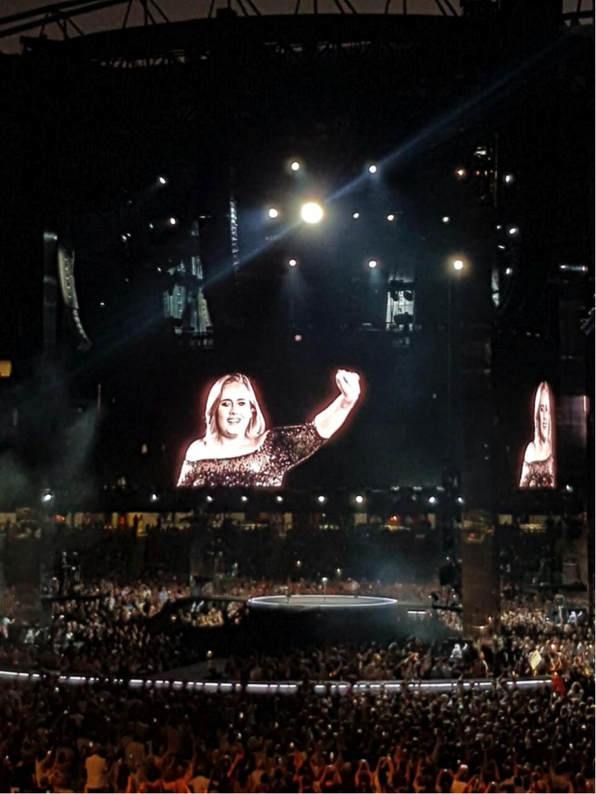 """Foto saat opening. Lucu banget introduction-nya. She apologized in advanced for her """"miserable"""" songs and describing her show as """"basically two hours of crying and songs about my ex-boyfriend"""". Haha."""