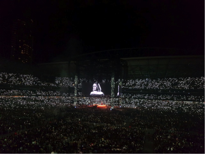 Semua penonton menyalakan mobile phone-nya saat Adele menyanyikan 'To Make You Feel My Love'. It was so magical.